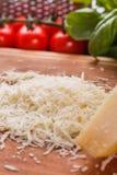 在一个木切的委员会的芬芳被磨碎的巴马干酪 图库摄影