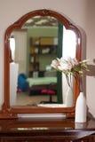 在一个木制框架的一个大镜子, 免版税库存照片