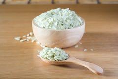 在一个木匙子和碗的绿色米 库存照片
