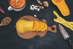 在一个木厨房板的南瓜 库存图片