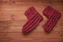 在一个木地板上的两只红色袜子 免版税图库摄影