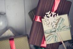 在一个木地板上的圣诞节礼物 免版税库存照片