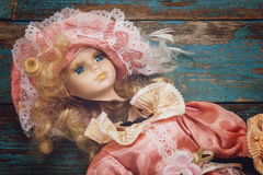 在一个木地板上的残破的玩偶 免版税库存照片