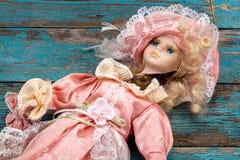 在一个木地板上的残破的玩偶 免版税图库摄影