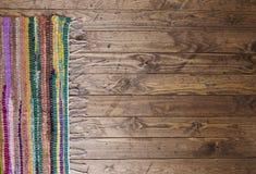 在一个木地板上的碎呢地毯 图库摄影