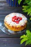 在一个木地板上的草莓蛋糕 免版税图库摄影