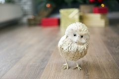 在一个木地板上的金黄猫头鹰在您的党看 从新年的礼物的背景 库存图片