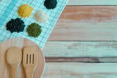 在一个木地板上的食品成分 与文本空间的顶视图 图库摄影