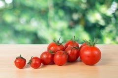 在一个木块的蕃茄 图库摄影