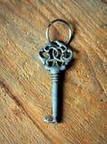 在一个木基地的老钥匙 免版税库存照片