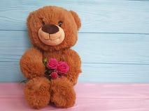 在一个木家庭的玩具熊玩具上升了 库存照片