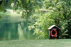 在一个木小屋的救生圈沿着湖 图库摄影
