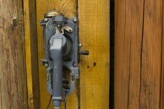 在一个木小屋的老电话 免版税库存图片
