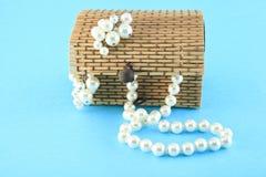 在一个木小箱的小珠和耳环 免版税库存照片