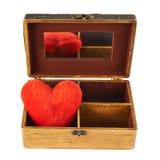 在一个木小箱的长毛绒心脏 免版税库存图片