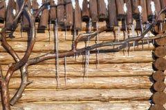 在一个木屋顶的冰柱 免版税图库摄影
