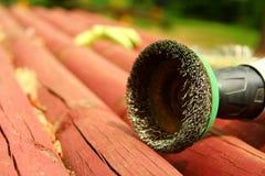 在一个木屋顶的导线工具 库存照片