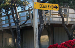 在一个木岗位的水平的死角路牌 免版税库存照片