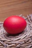 在一个木嵌套的红色复活节彩蛋 免版税库存照片