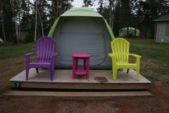 在一个木平台的一个帐篷 库存照片