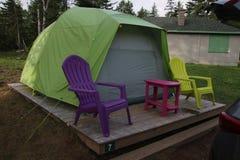 在一个木平台的一个帐篷 免版税库存图片