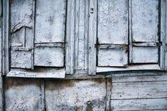 在一个木房子的两个老闭合的窗口 免版税库存照片