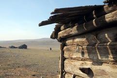 在一个木房子的墙壁上的老生锈的铁锁在沙漠 库存照片