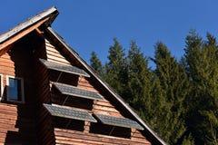 在一个木房子的太阳电池板 免版税库存图片