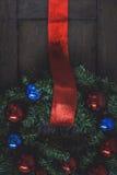 在一个木房子的门的圣诞节花圈 免版税库存图片