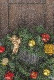 在一个木房子的门的圣诞节花圈 免版税库存照片