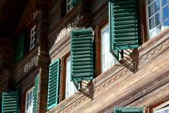 在一个木房子的门面的快门 免版税图库摄影