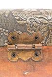 在一个木手提箱的古老金属铰链 库存照片