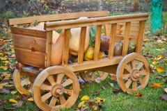 在一个木推车的收获南瓜 免版税库存照片