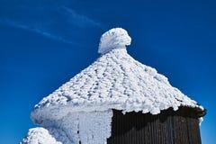 在一个木教堂的屋顶的雪盖帽我 库存照片