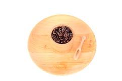 在一个木杯子的Coffe豆 免版税库存照片