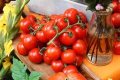 在一个木板台的菜蕃茄 免版税库存照片