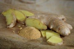 在一个木板材特写镜头的新鲜和搽粉的姜 库存照片