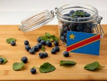 在一个木板条的刚果民主共和国旗子与蓝色 库存图片