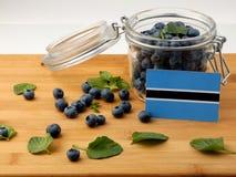 在一个木板条的博茨瓦纳旗子用在whi的蓝莓 免版税库存照片