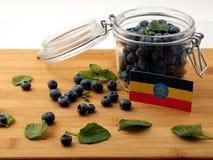 在一个木板条的埃赛俄比亚的旗子用在wh的蓝莓 图库摄影