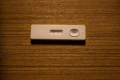 在一个木板条的怀孕测试器 免版税库存图片
