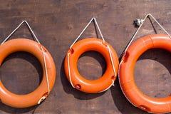 在一个木板特写镜头的红色lifebuoys 免版税图库摄影