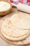 在一个木板的麦子玉米粉薄烙饼 免版税库存照片