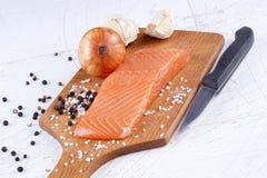 在一个木板的三文鱼内圆角 免版税库存照片