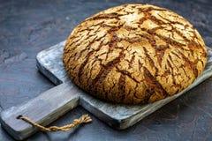 在一个木板的传统手工的芬兰黑麦面包 免版税图库摄影