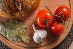 在一个木板的健康和开胃膳食 库存照片