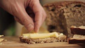 在一个木板的切口乳酪 特写镜头有刀子的人手 影视素材