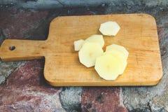在一个木板的切的土豆 免版税库存图片