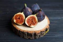 在一个木板的切的无花果果子 免版税库存照片