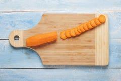 在一个木板的切的红萝卜 免版税库存照片